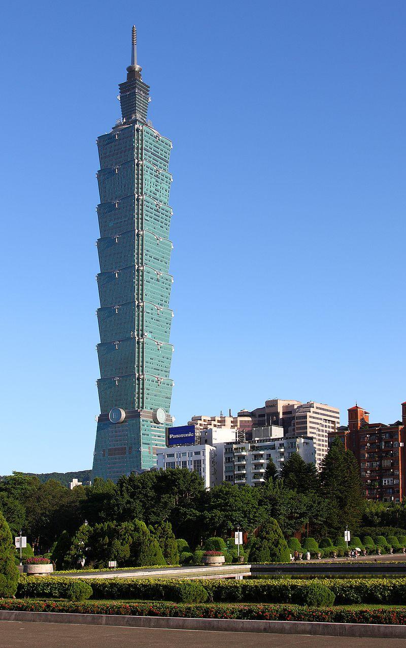 台北101在2010年1月4日前擁有世界第一高樓的紀錄。圖為網友於2009年自國父紀念館所攝之角度。(WikiCommons via AngMoKio)