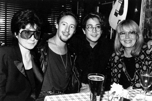從左到右分別為:約翰‧藍儂遺孀小野洋子、朱利安‧藍儂、西恩‧藍儂和第一任太太辛西婭。美聯社1989年檔案照