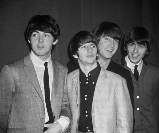 披頭四樂團成員從右到左分別為:保羅‧麥卡尼、林哥‧史達、約翰‧藍儂和喬治‧哈里森。美聯社1963年檔案照
