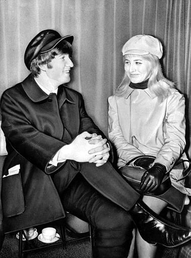 約翰‧藍儂和他的第一任太太辛西婭。辛西婭於2015年癌症過世。美聯社1964年檔案照