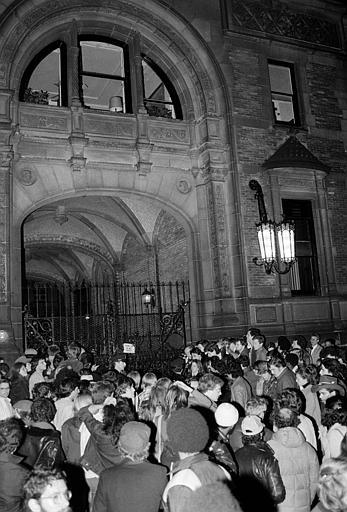 約翰‧藍儂遭槍殺後,住所外聚集很多人。美聯社