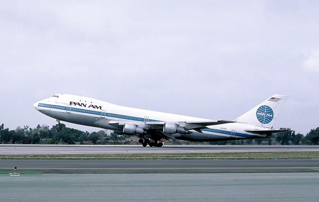 被炸毀的N739PA,攝於1987年3月;爆炸位置大約在機身上「P」字的下方。(Ted Quackenbush via WikiCommons)