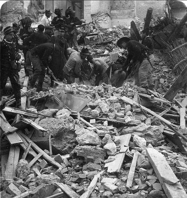 當地民眾於強震後,在殘骸中挖掘舊物。(WikiCommons)