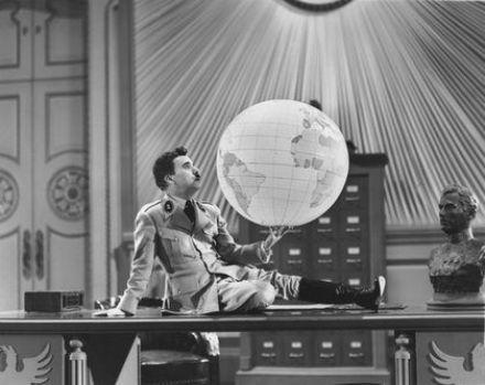 1940年電影《大獨裁者》,卓別林自導自演玩弄地球儀的場景。圖/取自維基百科