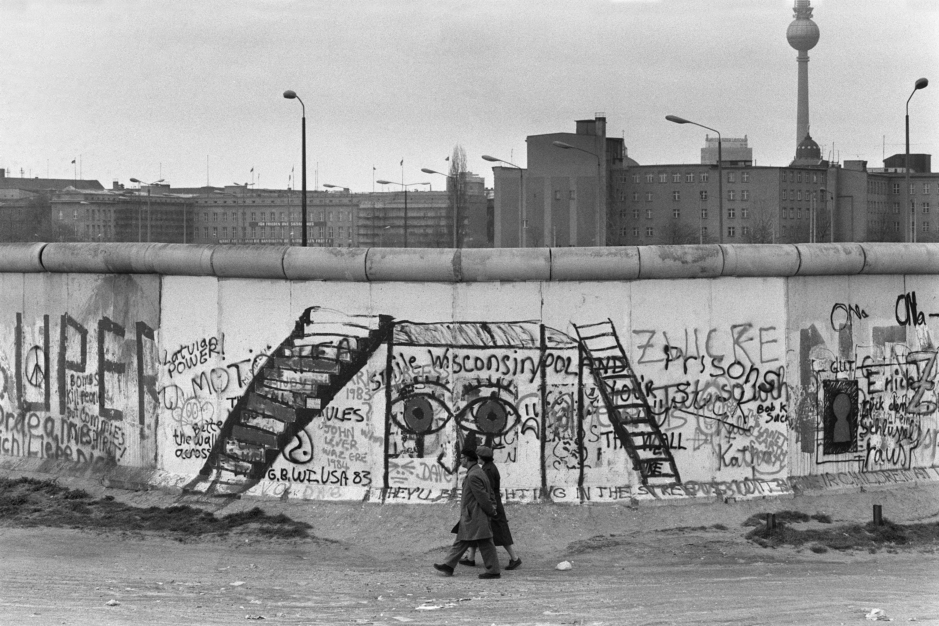 許多人想盡辦法、前仆後繼地逃到象徵自由的西德,但在中途中就被高塔上的士兵射殺。(Getty Images)