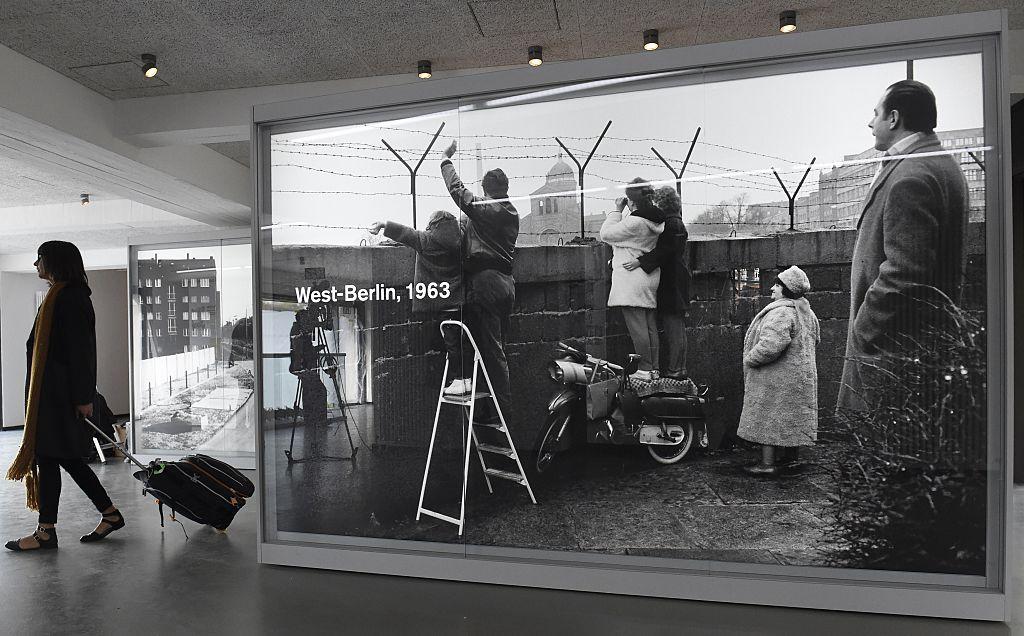 柏林圍牆在1961建造,就此阻隔了東德與西德28年之久,成千上萬的居民面臨生離死別。在1963年12月20日聖誕節前夕,這一天柏林圍牆短暫開放,讓兩邊的居民探親。(Getty Images)