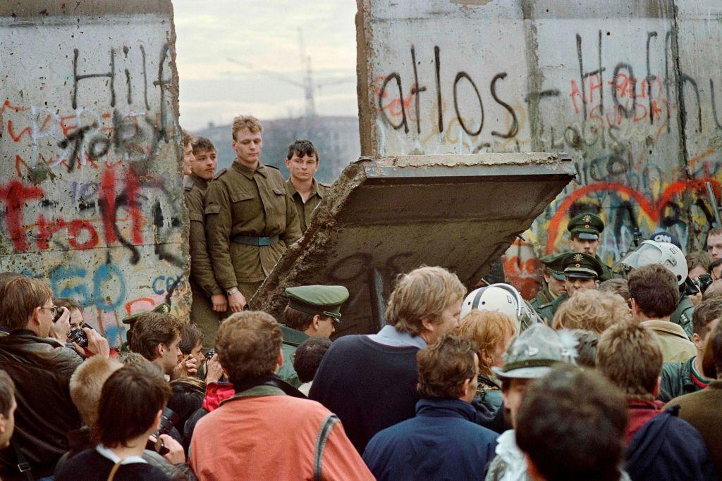 1989年11月11日,示威者在布蘭登堡門前推倒一段柏林圍牆。(Getty Images)