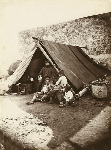 無家可歸的強震倖存者於路邊搭棚暫住。(WikiCommons)