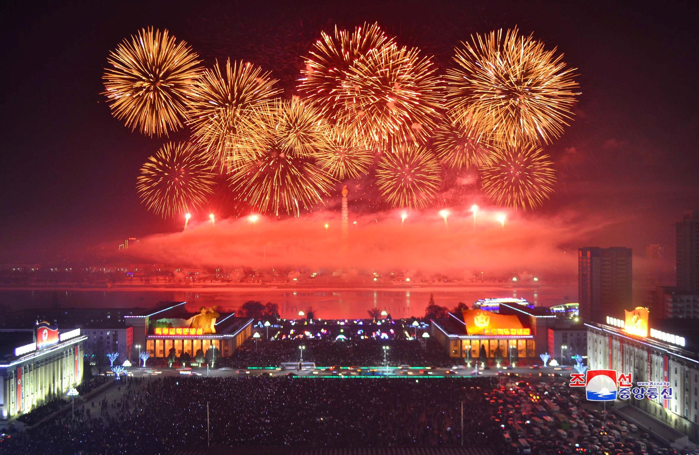 北韓新年焰火,規模壯觀。(路透)