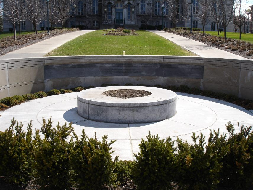 位於雪城大學的103航班空難紀念碑。(WikiCommons)