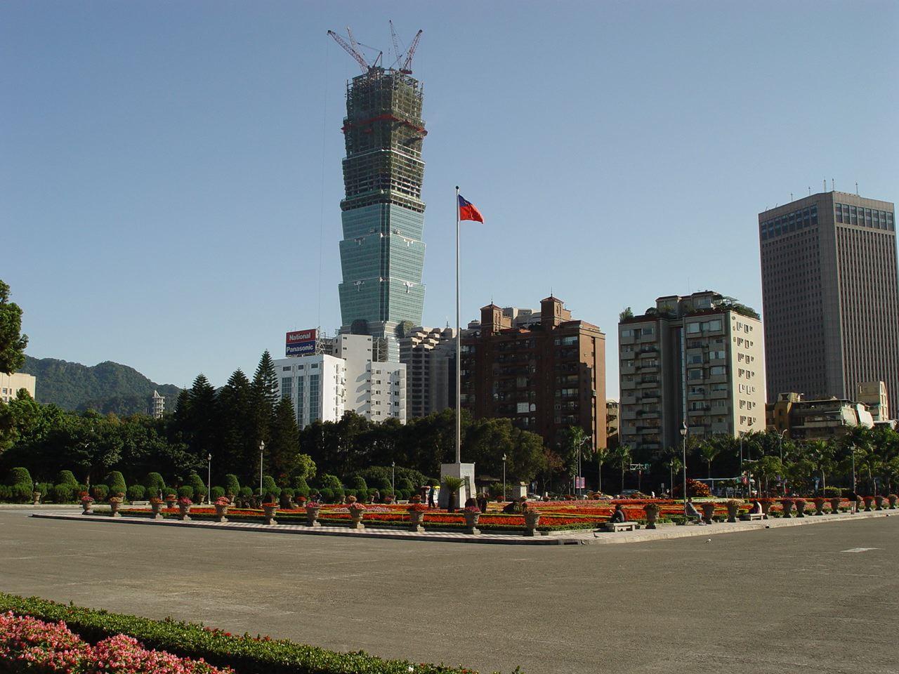 2003年春施工中的台北101,此照片由阿仁(seasurfer)拍攝。(WikiCommons)