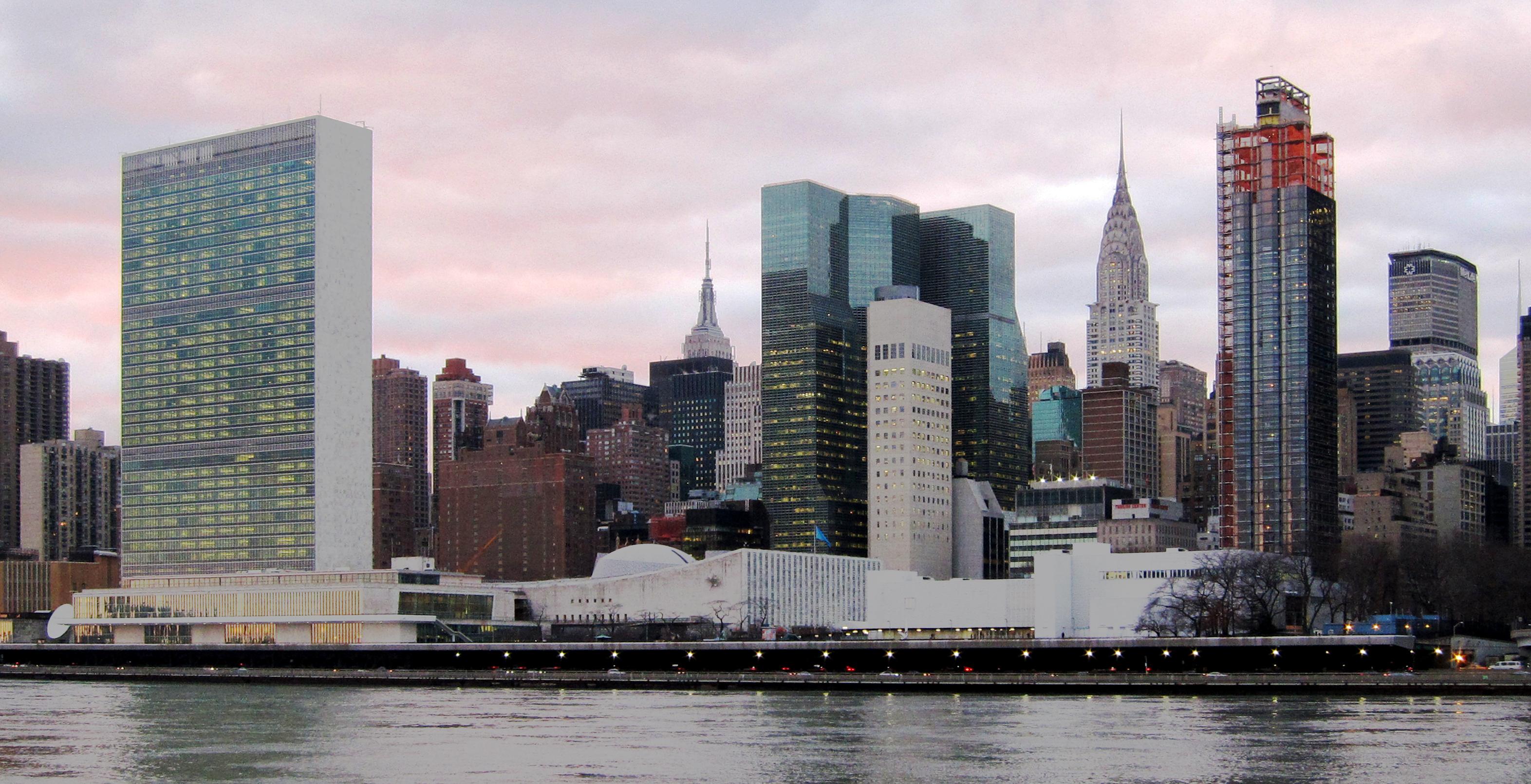 從羅斯福島(Roosevelt Island)看曼哈頓,左邊長方形建築即為聯合國總部。圖/取自維基百科