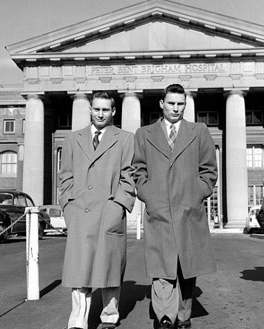 1954年12月23日,第一次成功的人體腎臟移植手術在波士頓Peter Bent Brigham院進行。23歲的Ronald Herrick(右)捐腎給雙胞胎兄弟Richard(左)。 (美聯社)