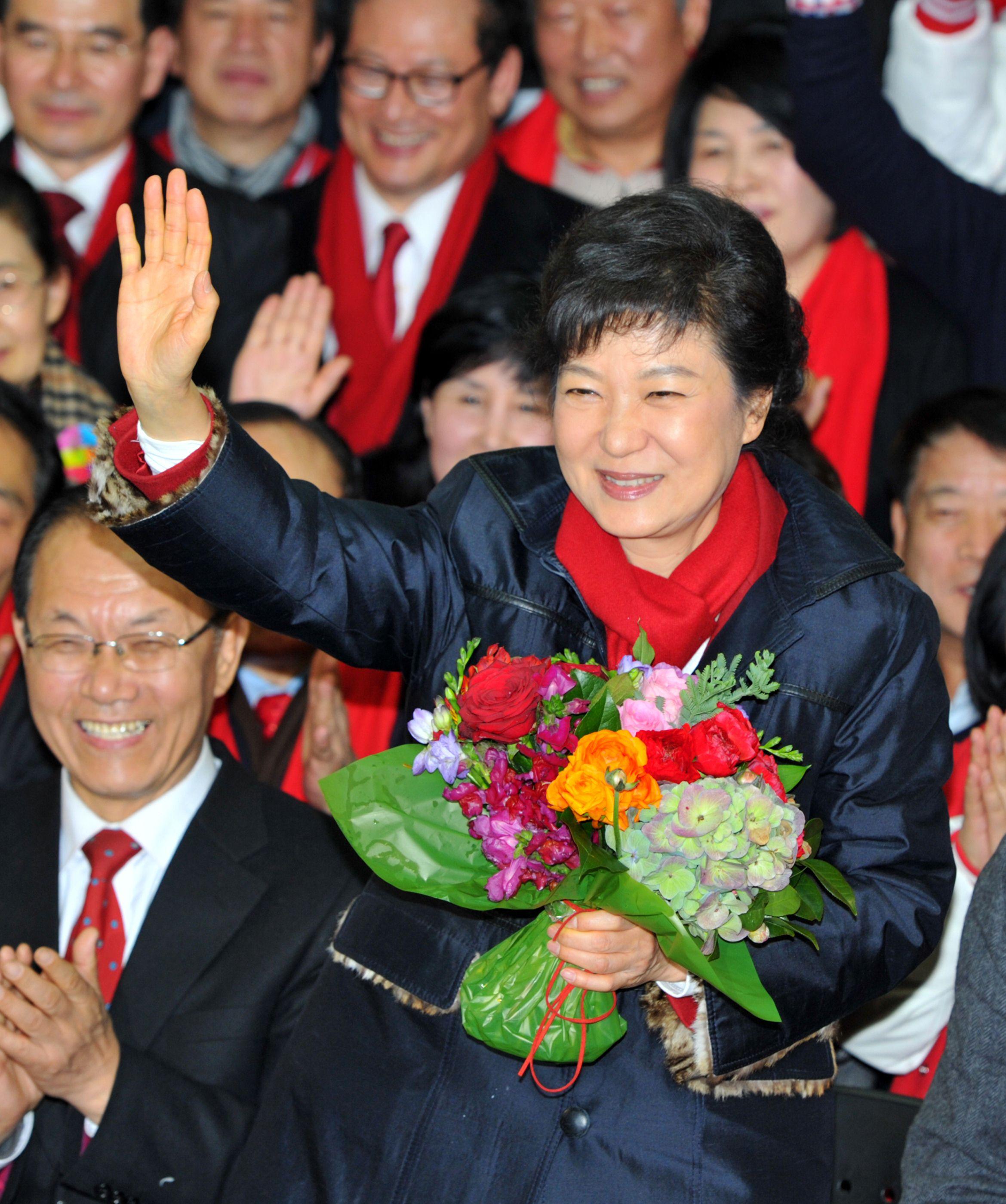 朴槿惠12月19日勝選成為南韓首位女總統,她在首爾的競選總部向支持者揮手致意。圖為2016年Getty Images檔案照
