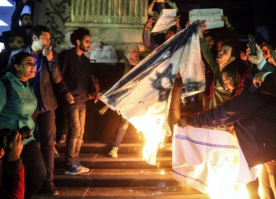 川普宣布承認耶路撤冷為以色列首都後,隨即在埃及引發抗議,示威者焚燒以色列國旗。(歐新社)