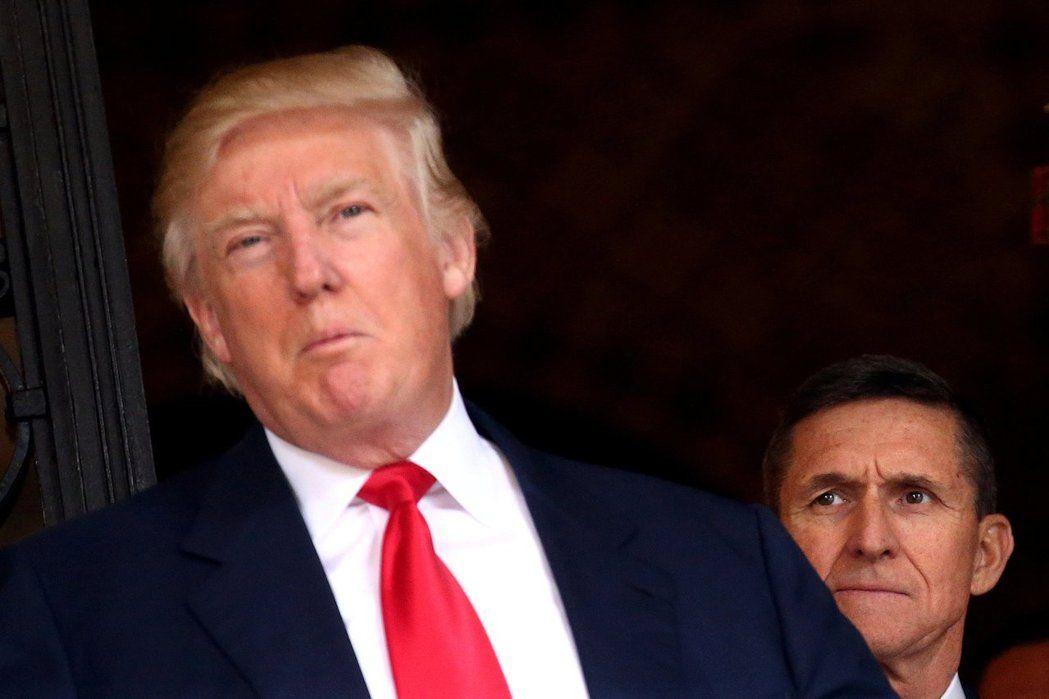 總統川普(前者)否認他曾要求前聯邦調查局長柯米停止調查佛林(後者)。(路透)