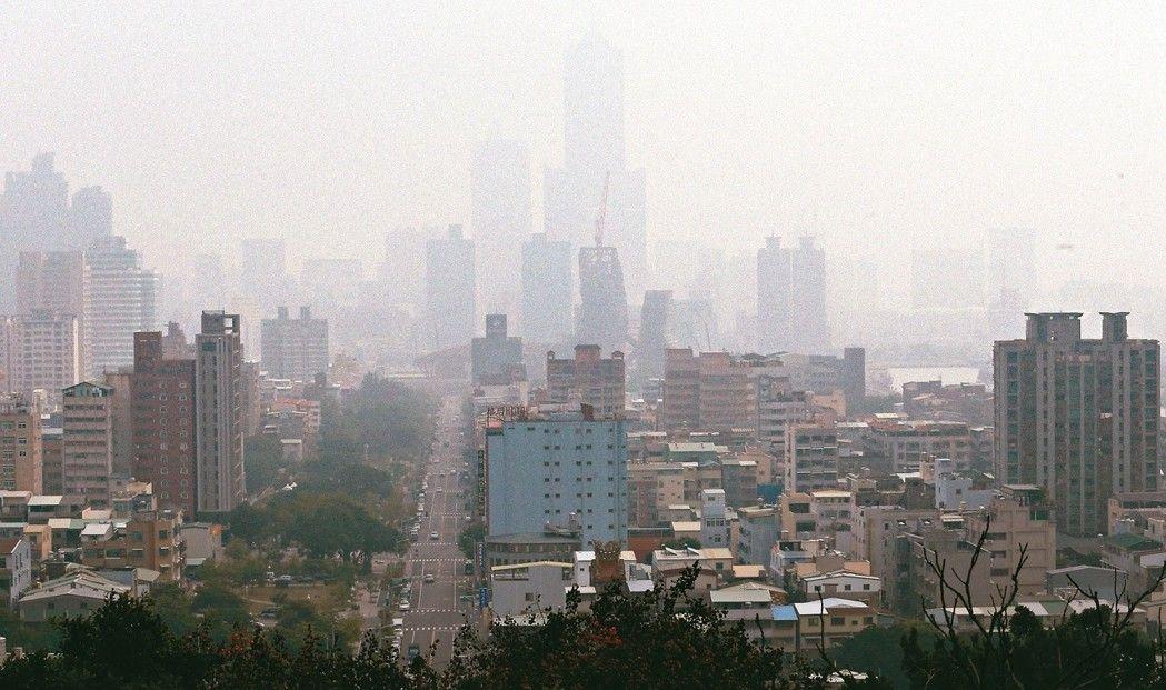 台灣空汙也越來越嚴重,圖為今年12月南部的霧霾。(記者劉學聖/攝影)