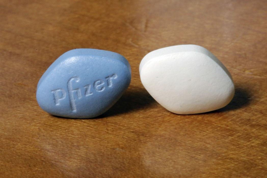 治療陽萎的偉哥 (左)專利即將失效,輝瑞藥廠推出價格較便宜的白色學名藥枸櫞酸鹽。(美聯社)