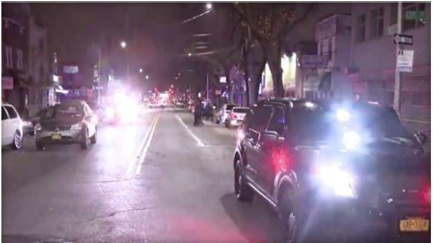 一輛汽車今天清晨在紐約市皇后區一家夜店外衝撞數人,造成一人喪生和3人受傷,警方目前正在搜尋駕駛人。(圖擷自CBS NEWS)