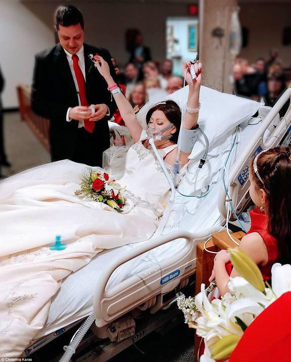 罹癌女子海瑟和男友戴夫在醫院完婚。圖取自Daily Mail