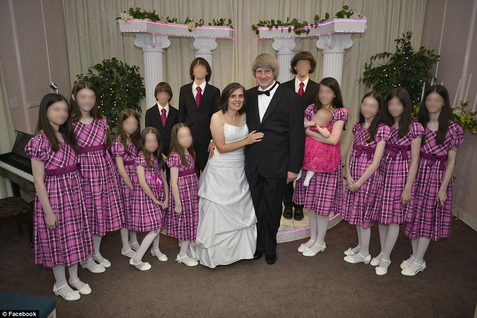 這對夫婦(中)把家中13名兒女,全都 用鐵鍊禁錮起來。(取自臉書)