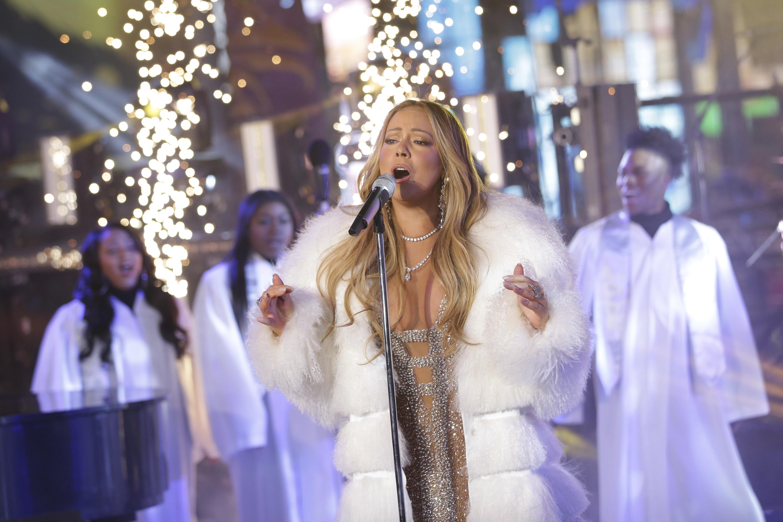 瑪麗亞凱莉重回時報廣場演唱,洗刷去年假唱事件。(美聯社)