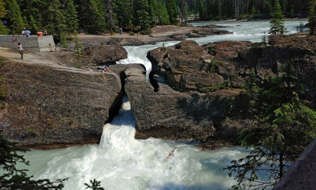 踢馬河水將岩層鑿出一個大洞,成了天然橋。