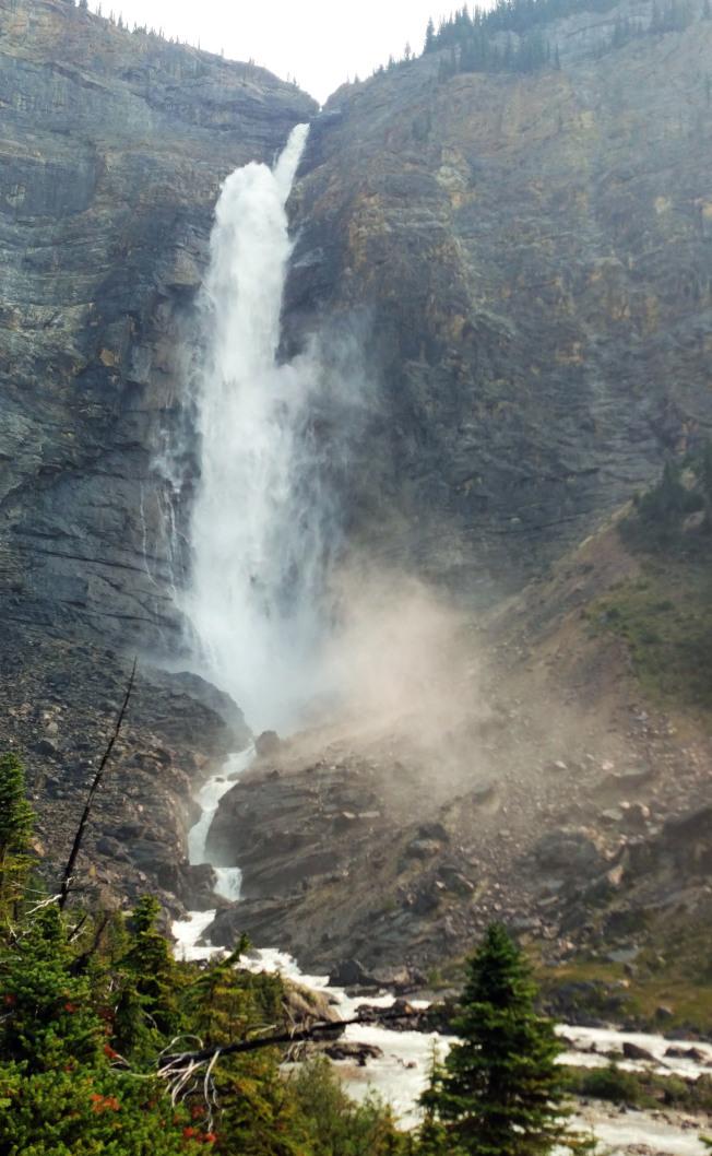 塔卡考瀑布自山頂飛瀉而下。