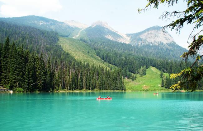 翡翠湖在陽光下呈現碧綠色。