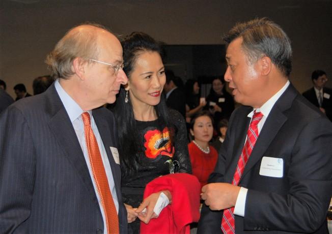 中國駐休士頓總領事李強民(右)與萊斯大學校長夫婦在現場交談。