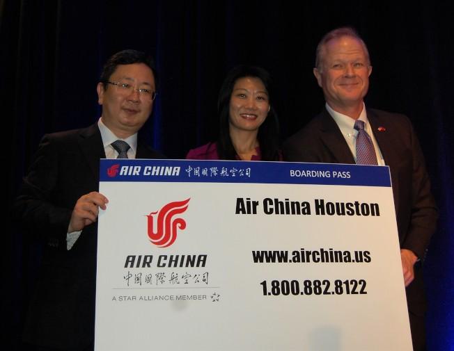 中國駐休士頓副總領事王昱(左)頒獎給幸運獲得國航機票的會員。