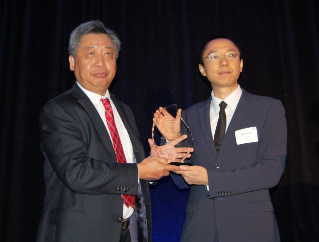 李強民(左)頒發「年度會員獎」給中國國際航空公司。