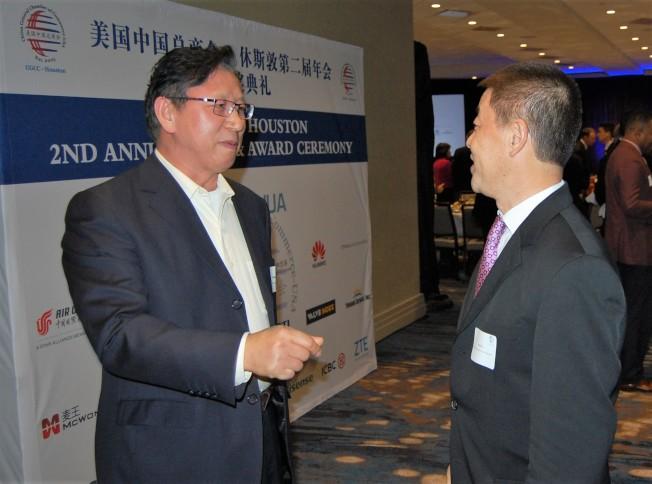 美國中國總商會休士頓分會會長李少林(右)與來賓交談。