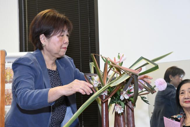 插花老師陳由美在結業典禮上示範草月流插花。