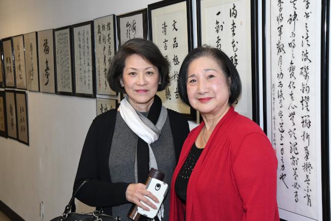 書法老師王俐娜(左)與學員同時也是台灣俗語的游雲真老師合影。