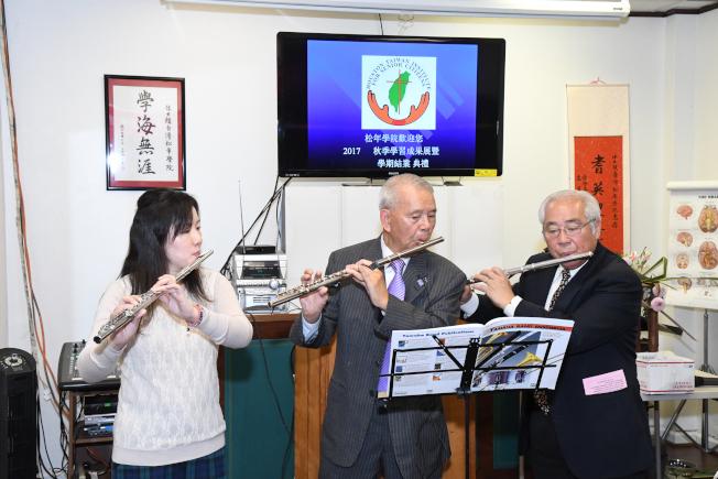 音樂老師蔡凌恬(左)與學員表演吹奏橫笛。
