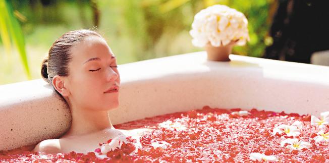 冬天洗澡可以先喝杯溫開水,浴室先放熱水,身體暖了再進浴室沖澡或泡澡。(本報資料照片)