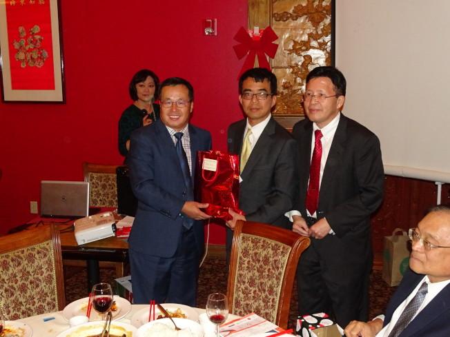 休士頓亞裔商會主席趙紫鋆(前左一)幸運抽得台北經文處所提供的聖誕禮物。