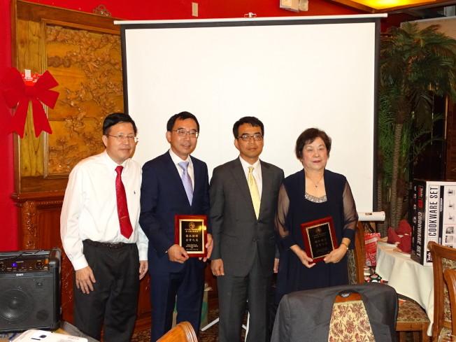 駐休士頓台北經文處副處長林映佐(右二)、美南台灣旅館公會會長葉德雲(左一)頒發獎狀給嚴杰(左二)、陳美芬,表彰他們對社區的貢獻。