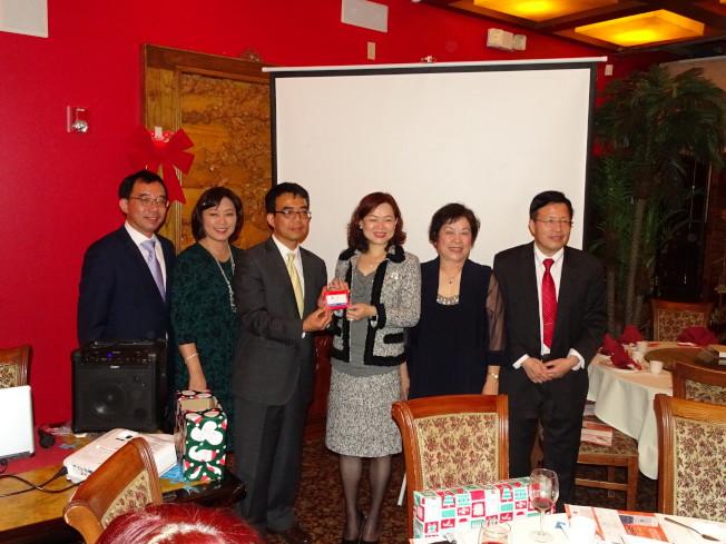 上海聯誼會會長陳皙晴(右三)抽中最大獎現金300元,開心地和大家合影。