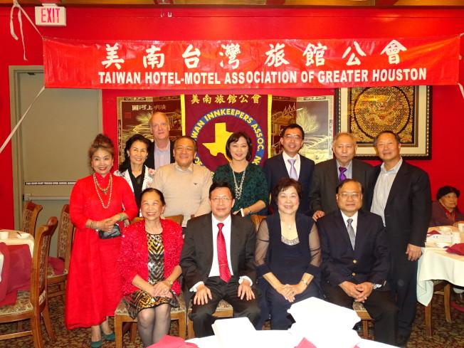 美南台灣旅館公會會長葉德雲(前排左二)與全體理事在2017年聖誕晚宴上合影。
