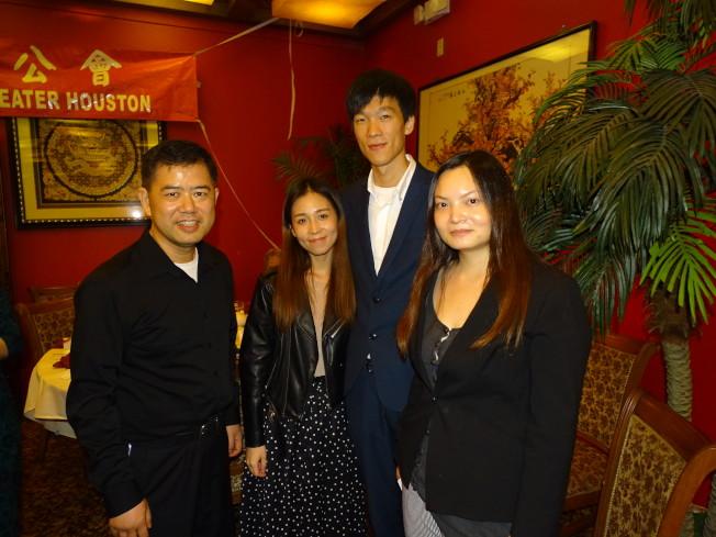 微信支付及支付寶休士頓總代理「元創坊」負責人Commi Tong(右一),率領員工到場為旅館業者簡報微信支付的功能。