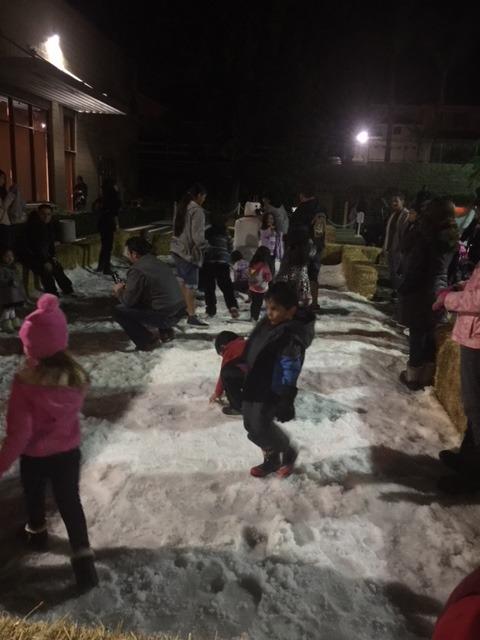 核桃市舉辦冰雪嘉年華,孩子們聽故事,吃美食,滑雪梯,打雪仗,玩得不亦樂乎。(核桃市府提供)