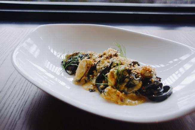 淡菜墨魚麵($24)是不少饕客到Cal Mare餐廳的首選。(記者莊婷/攝影)