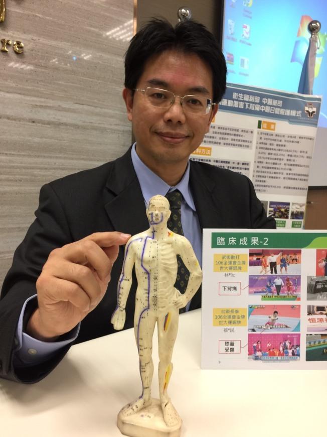 中醫師表示針灸對於緩解病人痛苦幫助很大。(記者陳雨鑫/攝影)