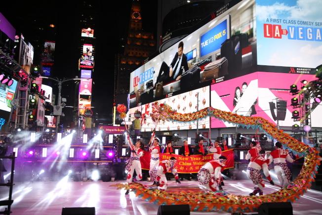 重慶銅梁龍舞為時報廣場跨年夜活動熱鬧開場。(記者洪群超╱攝影)