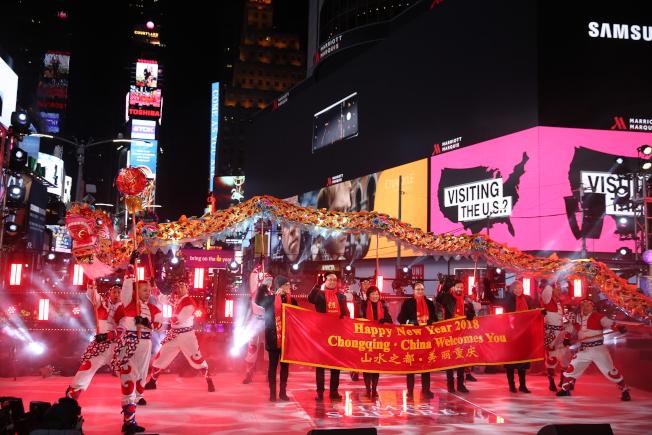重慶銅梁龍舞為時報廣場跨年夜活動熱鬧開場。前排左二起為劉旗,章啟月,張錦平。(記者洪群超/攝影)