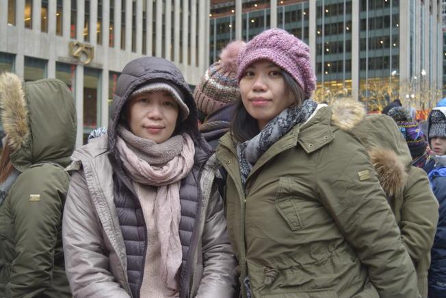 黃美華(左)和蘇詩茵(右)帶足零食和保暖用具,開心跨年。(記者俞姝含╱攝影)
