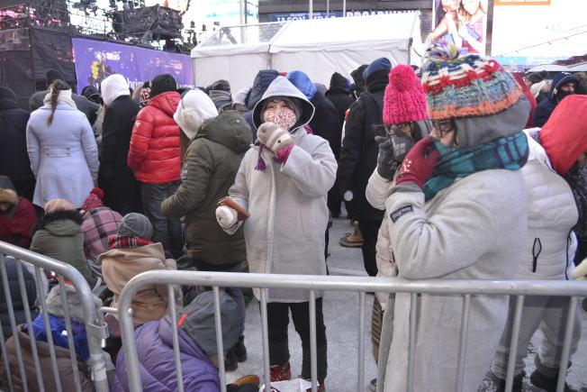 民眾從31日中午12時開始排隊,占據最佳觀賞地點。(記者俞姝含╱攝影)