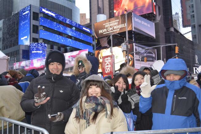 亞裔民眾從31日中午12時開始排隊,占據最佳觀賞地點。(記者俞姝含╱攝影)
